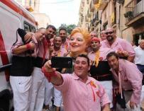 Un grupo de catalanes posa junto a La Grossa, icono de la lotería catalana / Lotería de Catalunya