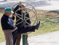 Dos jubilados haciendo gimnasia en un parque. EFE