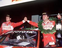 Fotografía de archivo fechada de Carlos Sainz y su copiloto Luis Moya, tras proclamarse vencedores del rally de Nueva Zelanda en 1990 - FOTO: EFE