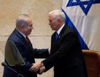 El primer ministro israelí, Benjamin Netanyahu, estrecha la mano al vicepresidente de Estados Unidos, Mike Pence