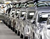 Varios modelos Polo salen de la planta de Volkswagen Navarra en Landaben. EFE/Villar