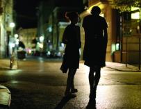 Fotografía de mujeres por la noche.