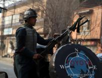 Un miembro de las fuerzas de seguridad afganas toma posiciones tras el ataque