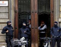 Los Mossos d'Esquadra custodian la sede de Òmnium Cultural registrada por la Guardia Civil