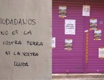 """Rivera avisa a los independentistas, tras las pintadas en el negocio de sus padres, de que no le van a """"callar"""""""