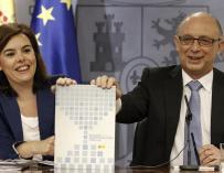 La vicepresidenta del Gobierno, Soraya Sáenz de Santamaría, y el ministro de Hacienda, Cristóbal Montoro, durante la presentación del Informe de Reforma de la Administración Pública.