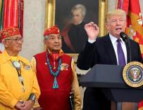 Fotografía de Trump en el acto con indígenas.