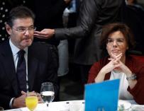 Soraya Sáenz de Santamaría y el ministro de Justicia, Rafael Catalá, durante el desayuno