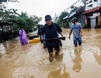 Residentes caminan por las calles inundadas de Hoi An, en Vietnam