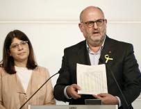 El portavoz de JxCat, Eduard Pujol, y la diputada Aurora Madaula en una rueda de prensa
