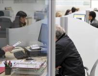 Funcionarios trabajando en la oficina del Servicio Vasco de Empleo en la localidad guipuzcoana de Zumárraga. EFE