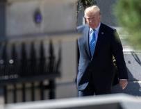 El presidente estadounidense, Donald Trump, camina por el jardín de la Casa Blanca después de reunirse con motivo del 70 aniversario del Consejo de Seguridad Nacional en Washington D.C (Estados Unidos) hoy, 28 de septiembre de 2017. EFE/SHAWN THEW