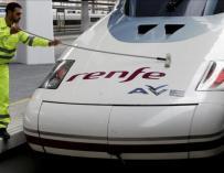 Un operario limpia una de las unidades del tren AVE Madrid-Valencia. EFE/