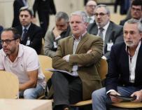 (De izda a dcha) Álvaro Pérez Alonso 'El Bigotes', responsable de la empresa Orange Market; Pablo Crespo, número dos de la trama Gürtel, y Francisco Correa, empresario y 'cabecilla' de la trama, durante el juicio que se celebra en la Audiencia Nacional