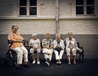 Pensionistas sentadas en un banco. Fuente: Pixabay