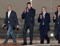 Los exconsellers de la Generalitat Raül Romeva (i), Carles Mundó (2i), Jordi Turull (2d), y Josep Rull, a su salida de la prisión de Estremera (Madrid) tras pagar las fianzas que les impuso el juez del Tribunal Supremo Pablo Llarena. EFE/VÍCTOR LERENA