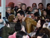 Pedro Sánchez recibe el efusivo abrazo de una socialista