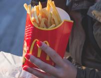Fotografía de unas patatas de McDonald's.