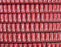 Imagen de latas de Coca-Cola.