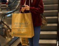 Cliente de Primark en su tienda de Gran Vía en Madrid.