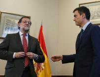 Mariano Rajoy (i) le niega el saludo a Pedro Sánchez durante su reunión en el Congreso de los Diputados. EFE / ZIPI