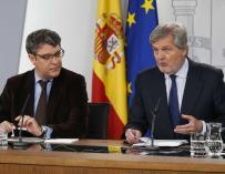 Los ministros Íñigo Méndez de Vigo y Álvaro Nadal durante la rueda de prensa