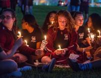 Fotografía de una vigilia en recuerdo de las víctimas de la matanza de San Valentín en Florida