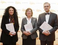 En el centro, Pilar González de Frutos, presidenta de UNESPA, junto a Iratxe Galdeano (izquierda) y José Antonio Herce (derecha), codirectores del estudio.