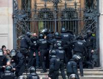 Agentes de los Mossos d'Esquadra durante el desalojo