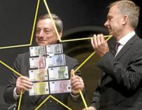 Maris Kuczinskis en un acto junto a Draghi