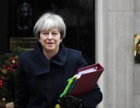 La primera ministra británica, Theresa May, sale del nº 10 de Downing Street de camino al Parlamento (EFE/ Andy Rain)
