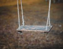 Fotografía de un columpio solitario.