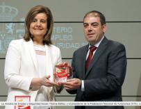 La ministra de Empleo y Seguridad Social, Fátima Báñez, y presidente de ATA, Lorenzo Amor.