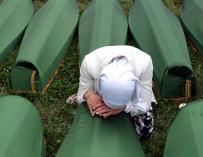 Una mujer bosnia musulmana llora sobre un ataúd durante el funeral de los 175 bosnios musulmanes recientemente identificados y enterrados en el memorial de Potocari, en Srebrenica (Bosnia-Herzegovina). Efe