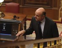 Luis de Guindos participa en su última sesión de control en el Congreso
