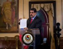 El presidente de Venezuela, Nicolás Maduro, muestra una carta que recibió por parte del presidente de Colombia, Juan Manuel Santos (EFE/Miguel Gutiérrez)