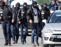 """Efectivos de la Gendarmería Nacional francesa con pasamontañas llegan al supermercado de la cadena """"Système U"""" (EFE/Guillaume Horcajuelo)"""