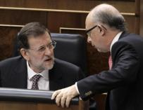 El presidente del Gobierno, Mariano Rajoy (i), conversa con el ministro de Hacienda, Cristóbal Montoro (d).