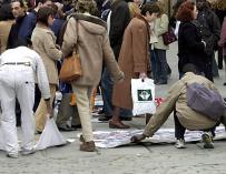 Un grupo de manteros coloca su mercancía en Madrid.