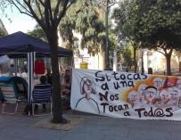 Una pareja acampada frente a la Junta de Carabanchel (Madrid) tras ser desahuciada pierde el bebé que esperaba