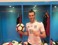 Un orgulloso Bale muestra el balón  del partido (Foto: @GarethBale11)