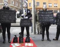 Afectados por las claúsulas suelo durante una protesta organizada por Adicae. EFE
