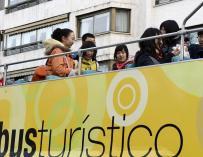 Un grupo de turistas chinos se montan en el bus turístico de la ciudad de Valladolid.
