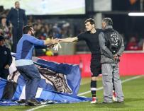 El portero del FC Porto, Iker Casillas, entrega sus guantes a un aficionado al final del partido contra Portimonense, el 25 de febrero de 2018. EFE / EPA / JOSE SENA GOULAO