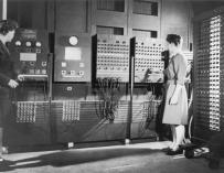 Betty Jennings y Frances Bilas unas de las pioneras de la informática, con el ordenador EVIAC / US Army Photo