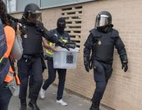 Agentes de Policía custodian una urna el 1-O