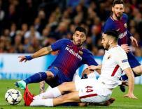 Fotografía de Luis Suárez, delantero del Fútbol Club Barcelona, peleando un balón