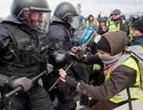 Mossos en una de las manifestaciones de ayer en las carreteras catalanas.