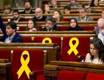 La líder y portavoz de Ciudadanos, Ines Arrimadas (d), durante el pleno del Parlament celebrado hoy, en el que se debaten varias propuestas de resolución presentadas por los grupos parlamentarios, dos de ellas impulsadas por JxCat, ERC y la CUP en las que
