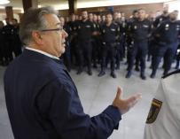 Zoido durante su visita a los policías desplazados a Cataluña